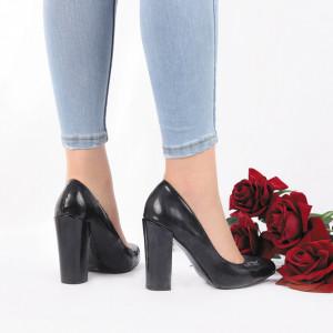 Pantofi cu toc cod 383210 Negri - Pantofi din piele ecologică lăcuită cu toc gros și vârf rotund , foarte confortabili potriviți pentru birou sau evenimente speciale. - Deppo.ro