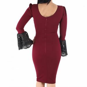 Rochie Alondra Bordo - Rochie elegantă cu un decolteu generos acoperit cu plasă neagră dantelată, maneci trei sfert din plasă neagră dantelată, pune-ți silueta în evidență și atrage toate privirile - Deppo.ro