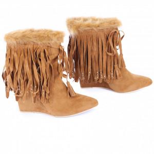 Botine Abigayle Camel - Botine din piele ecologică întoarsă cu platformă și decorate cu franjuri si blăniță, botinele sunt ușor îmblănite la interior și foarte confortabile la purtare datorită calapodului comod - Deppo.ro