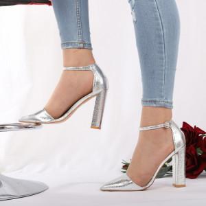 Pantofi cu toc cod 1598225 Arginti - Pantofi cu toc din piele ecologică cu un design unic.  Închidere prin baretă  Fii în pas cu moda şi străluceşte la următoarea petrecere. - Deppo.ro