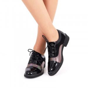 Pantofi pentru dame cod 310583 Negri - Pantofi din piele ecologică lăcuită decorați cu sclipici și cu închidere prin șiret - Deppo.ro