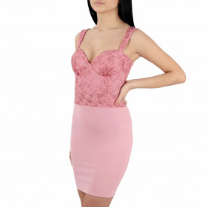 Rochie Molly Roz Pudră - Rochie roz pudrăcu un decolteu generos, dantelă în partea bustului și un model deosebit tip corset la spate ușor de accesorizat fiind ideală pentru orice eveniment. - Deppo.ro
