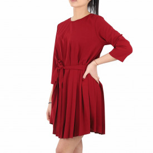 Rochie Plisată Elin Ruby - Rochie de culoare roșie elegantă plisatăşi o curea perfectă asortată, în același timp lejeră, iti asigura libertatea de miscare. - Deppo.ro