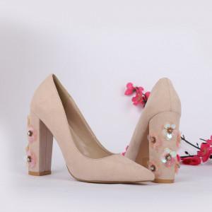 Pantofi cu toc cod 149730 Bej - Pantofi cu toc din piele ecologică cu un design unic. Fii în pas cu moda şi străluceşte la următoarea petrecere. - Deppo.ro