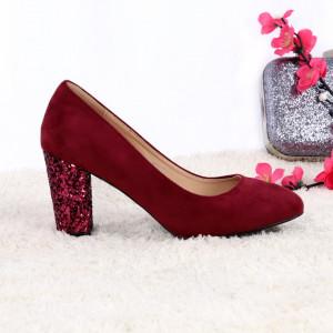 Pantofi cu toc cod EK004 Wine - Pantofi cu toc gros cu un model deosebit și vârf rotund din piele ecologică întoarsă, foarte confortabili potriviți pentru birou sau evenimente speciale. - Deppo.ro