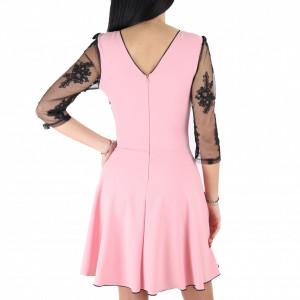 Rochie Lacey Pink - Rochie elegantă fabricată în România cu un decolteu generos acoperit cu plasă neagră dantelată, maneci trei sfert din plasă neagră dantelată, pune-ți silueta în evidență și atrage toate privirile - Deppo.ro