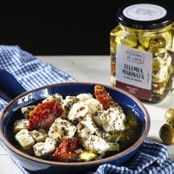 Telemea marinată în ulei de măsline cu roșii, usturoi și oregano.