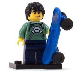 col01-6 Skater, zandgroen hemd met doodshoofd, zwart modern haar, met blauwe skate en voetstuk NIEUW loc