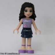 frnd011 Friends- Emma, lavendershirt, donkerblauwe shorts, donker haar NIEUW loc
