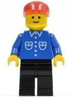 but012G Man, blauw overhemd met zakken en knopen, rode constructiehelm, zwarte benen gebruikt loc
