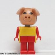fab11eG Varken 5- Gele trui, rode broek gebruikt *2R0000