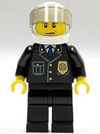 cty0013G Politieagent- Witte helm met tr. Zwart vizier, zwart pak met embleem, zwarte broek, gele handen gebruikt *0M0000