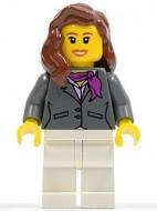 cty0187G Vrouw, lang bruin haar, rode sweather met ketting, zwarte broek gebruikt loc