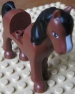 93083c01pb03-88 Friends paard Bruine ogen, witte bles, zwarte manen en staart bruin, roodachtig NIEUW *5K000