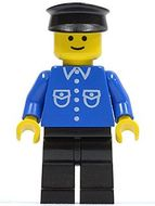 but021G Man, blauw overhemd met zakken en knopen, zwarte pet, zwarte benen gebruikt loc