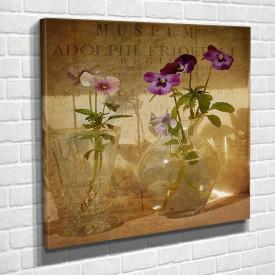 Poster, Flori de primăvară violet într-o vază pe masă