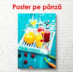 Poster, Suc de portocale pe o masă albastră