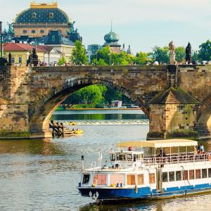 Tablou Vapor Turistic langa Podul Charles in Praga PADR7