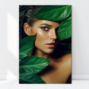 Tablou Canvas Femeie Bronzata Printre Frunze Exotice BGM40