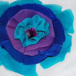 Брошка от естествена коприна