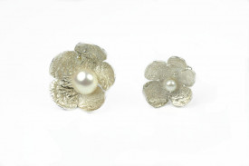 butoni asimetrici moon flower din argint reticulat si aur de 18k cu perle de cultura