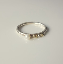 inel Sleeping Beauty asimetric din argint si granulatie aur 14k si argint cu perla de cultura alba