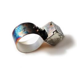 inel Mimesis din argint oxidat cu cristal cubic de pirita