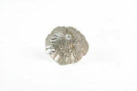 Inel in design contemporan realizat manual in argint reticulat, aur 18k si perla de cultura, Corina Mardari