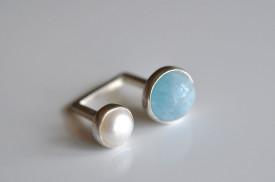 90° inel deschis din argint cu acvamarin si perla de cultura alba