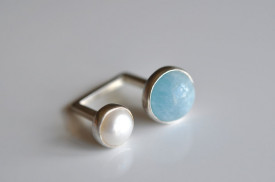 90° aquamarine and white culture pearl ring in sterling silver