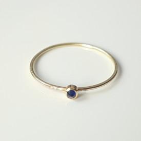 Inel minimalist din aur de 18k si safir albastru