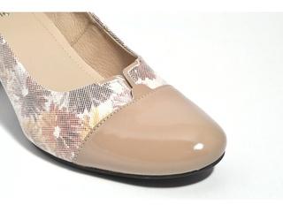 Pantofi bej cu varf de lac si motive florale din piele naturala M Shoes