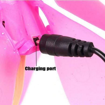 Cablu de alimentare USB conectat la păpușă