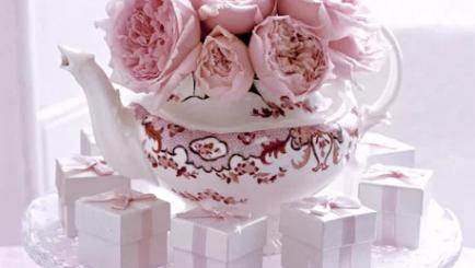 Décor floral romantic pentru evenimente in cesti si ceainice