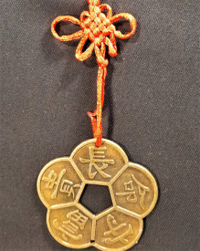 Amuleta cu floare de prun și nod mistic