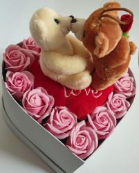 Aranjament trandafiri sapun parfumati, cutie inima - 27cm, cu jucarie de plus indragostiti