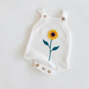 Salopeta tricotata cu floarea soarelui