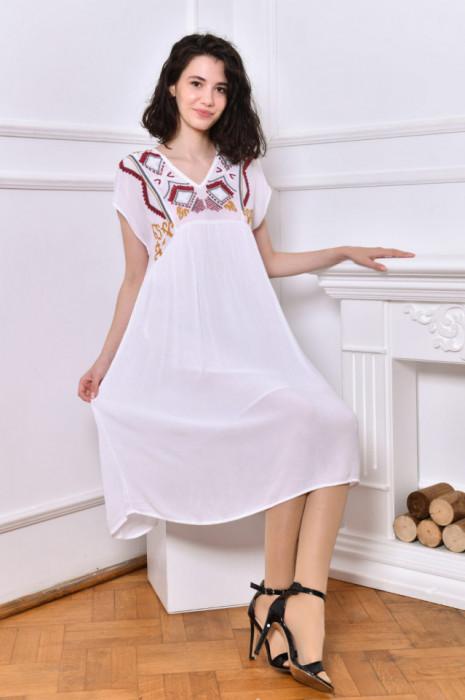 Rochie de culoare albă, cu broderie colorată