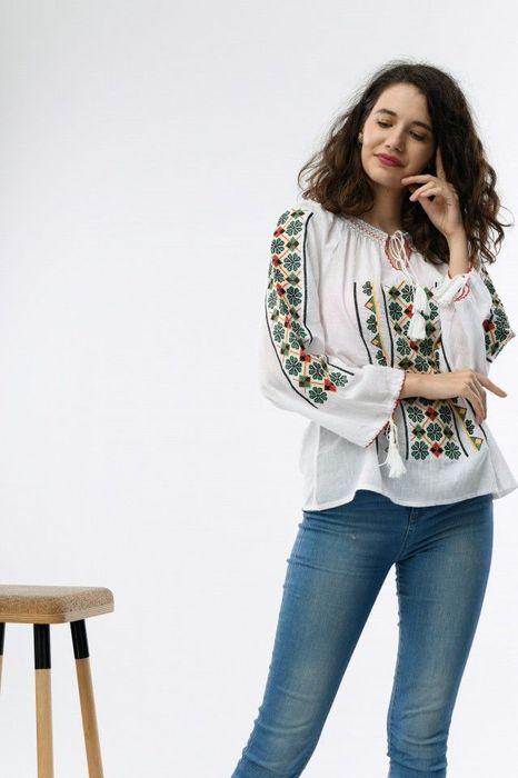 Bluză în stil tradițional, de culoare albă, cu broderie