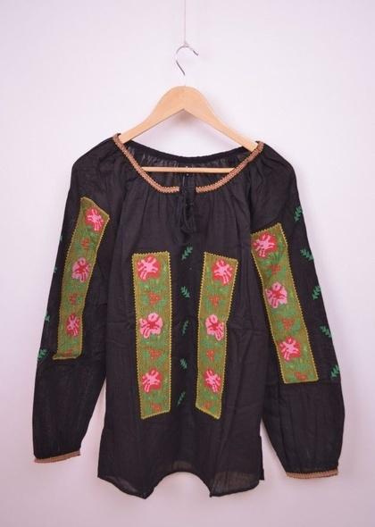 Bluză tradițională cu broderie colorată și mâneci lungi