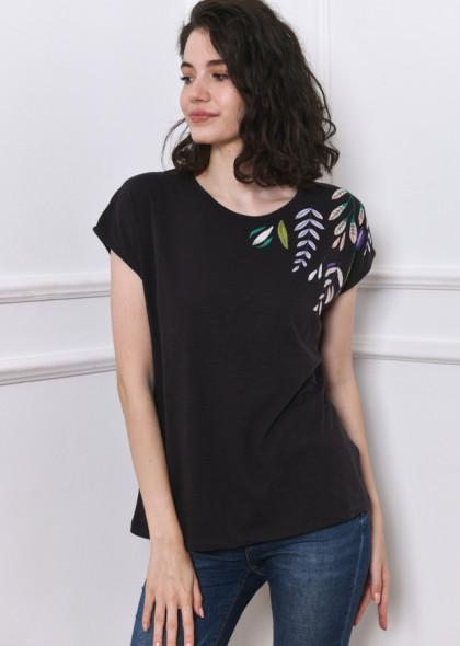 Tricou negru petrol, cu broderie colorată, pe umăr