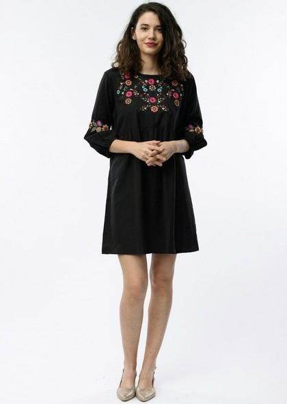 Rochie, de culoare neagra, cu broderie florala colorata