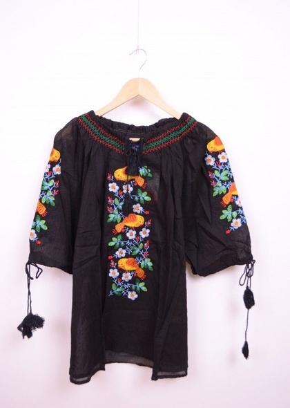 Bluza neagra de dama, cu broderie cusuta colorata