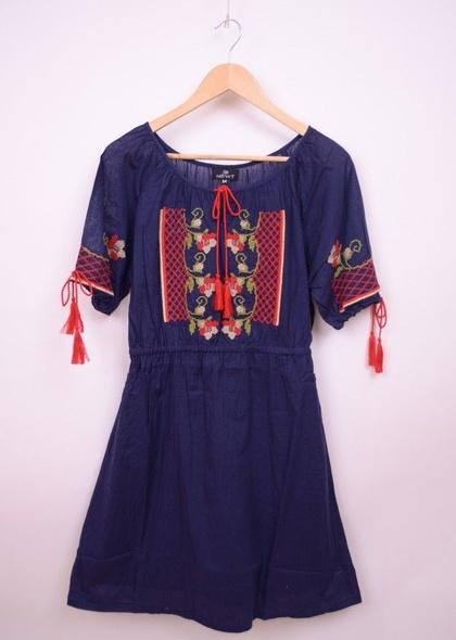 Rochie stil traditional , cu broderie colorata