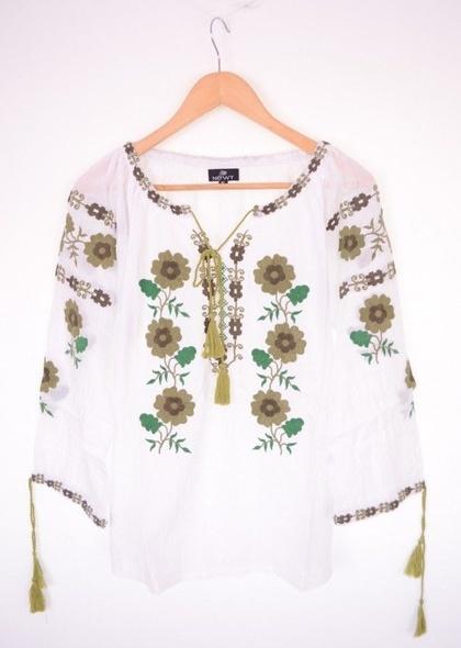 Bluză în stil tradițional, de culoare albă și broderie colorată
