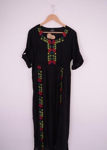 Rochie lungă cu broderie colorată și mâneci trei sferturi