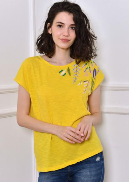 Tricou galben, cu broderie colorată, pe umăr