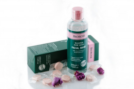 Masca faciala cu apa florala de trandafiri, Biorose, cu vitamina C si acid hialuronic, 200 ml