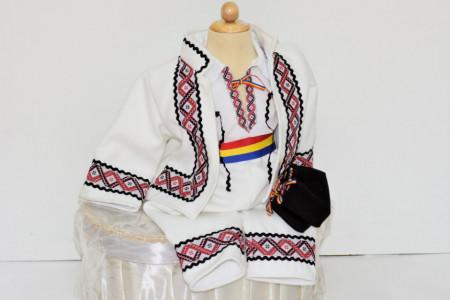 Costum traditional de iarna pentru botez de baiat