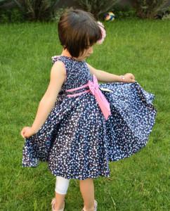 Rochie de fete pe fond bleomarin